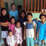 Børn-i-flygtningelejr-der-har-fået-nyt-tøj-kopi